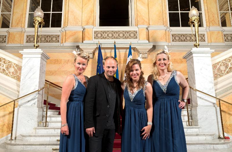 Smoke Rings Sisters underhöll under förtjänstteckenutdelningen på Börsen med pianist Dan Lindén